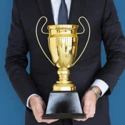 Troféus Personalizados em metal dourado